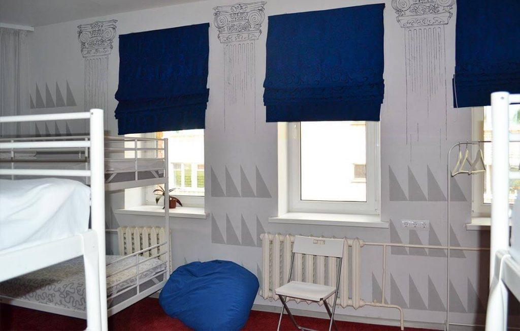 Светлая и просторная мужская комната хостела имеет универсальный интерьер, который понравится любому мужчине.
