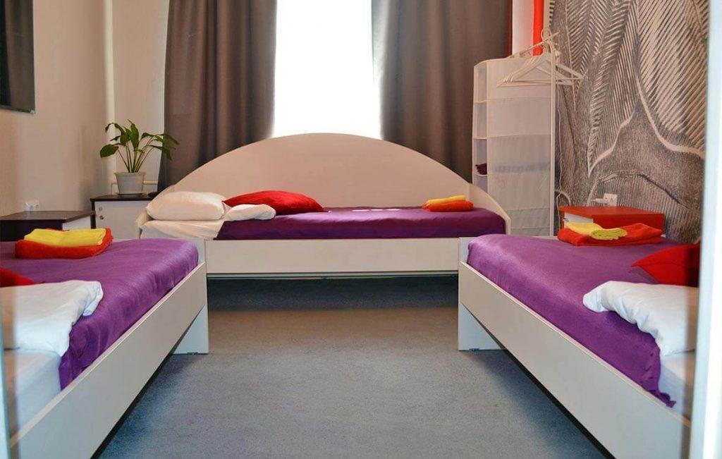 Трехместный номер хостела может быть оборудован тремя односпальными кроватями или одной двуспальной и одной односпальной, в зависимости от ваших пожеланий.