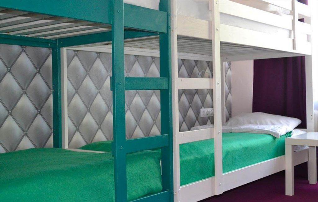 Забраться на второй этаж двухъярусной кровати в хостеле Достоевский легко - для этого нужно лишь сделать 2 шага по лестнице.