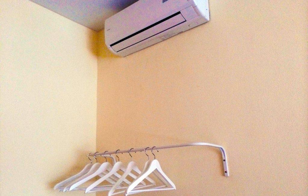 Кондиционер и гардеробная зона являются обязательными атрибутами обстановки каждого номера хостела Достоевский.