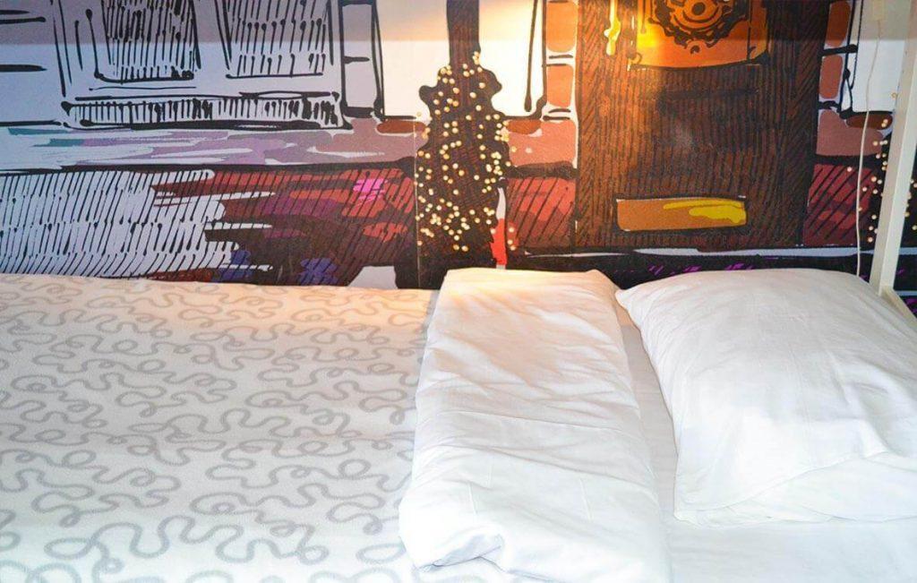 Застеленная свежим бельем постель ожидает каждого постояльца хостела Достоевский.