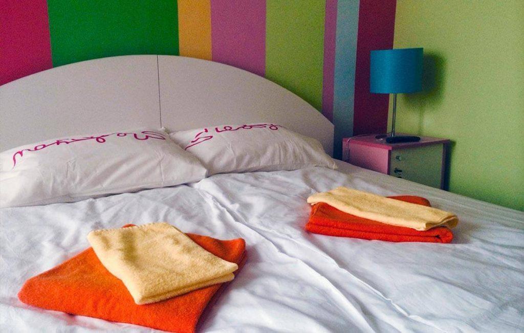 Двухместный номер нашего хостела предлагает постояльцам большую и удобную двуспальную кровать с ортопедическим матрасом и свежее белоснежное постельное бельё.
