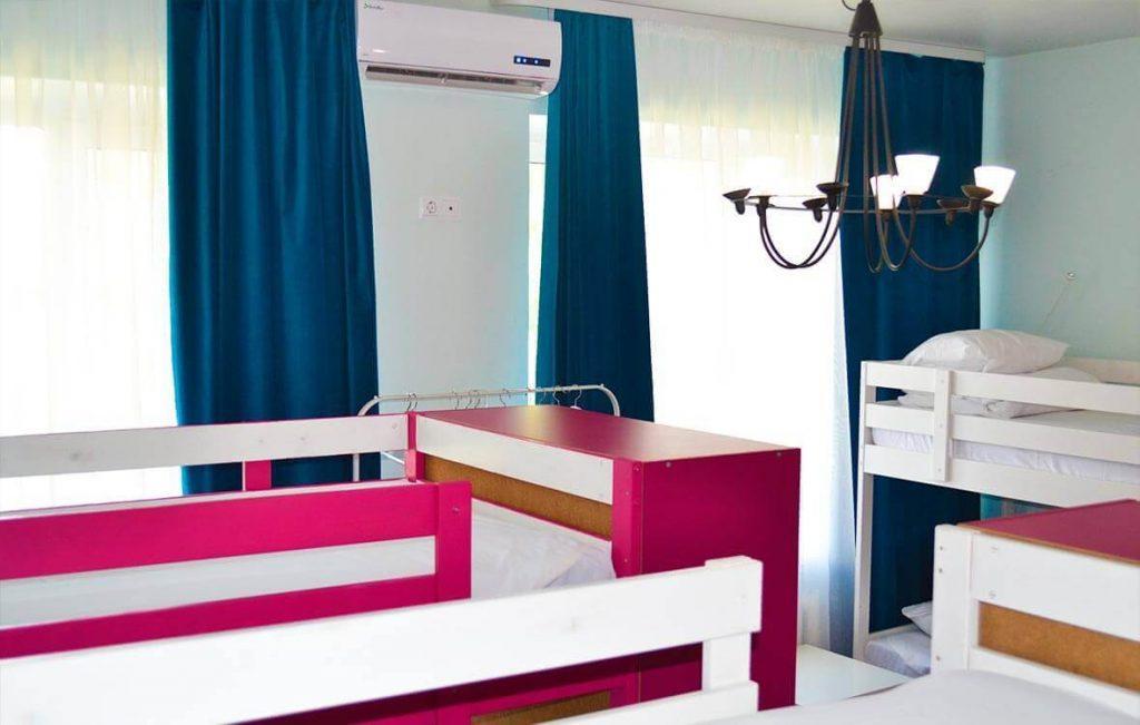 Общая комната хостела придется по нраву как мужчинам, так и женщинам.