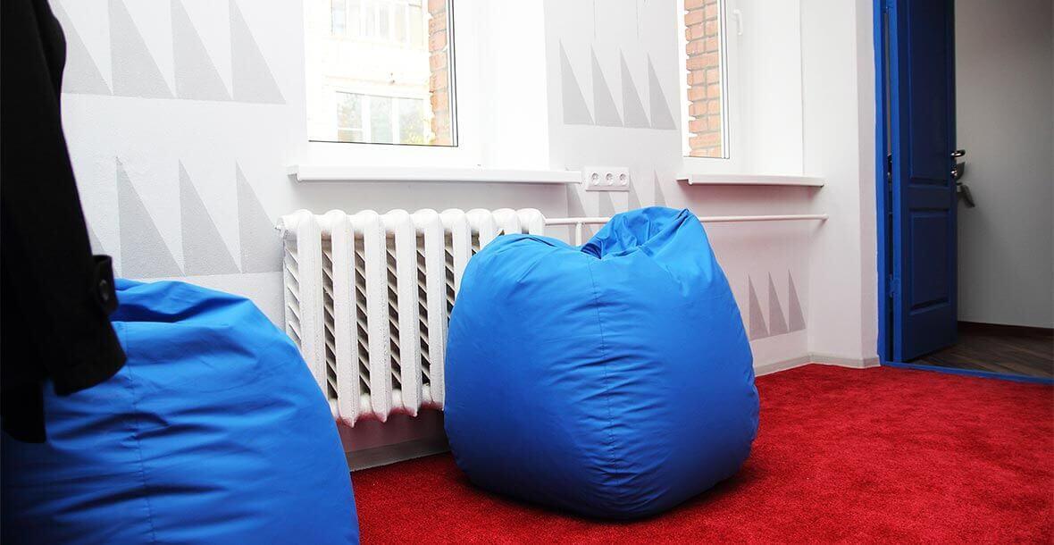 В зоне отдыха хостела Достоевский есть модные современные пуфы для удобства посетителей.