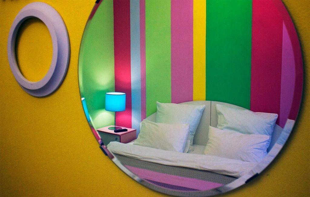 Зеркала - обязательный атрибут каждого номер в хостеле Достоевский.