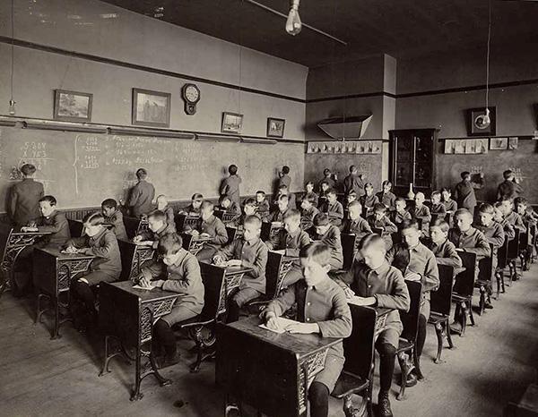 Первый в истории хостел открыл школьный учитель Ричард Ширманн, устраивая посетителей на ночлег прямо в классах школы, в которой работал.