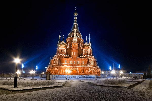 Свято-Михайловский собор был разрушен в 1938 году и восстановлен лишь в 2007, и с тех пор радует ижевчан и гостей города своим величественным и красивым видом.