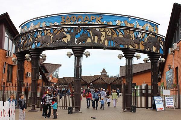 Ижевский зоопарк - один из крупнейших в России и Европе, содержащий более  650 животных и птиц на огромной территории, которую можно обходить целый день.