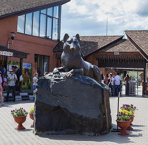 Бронзовый волк является символом Ижевского зоопарка, приносящим удачу тем, кто погладит его лапу.